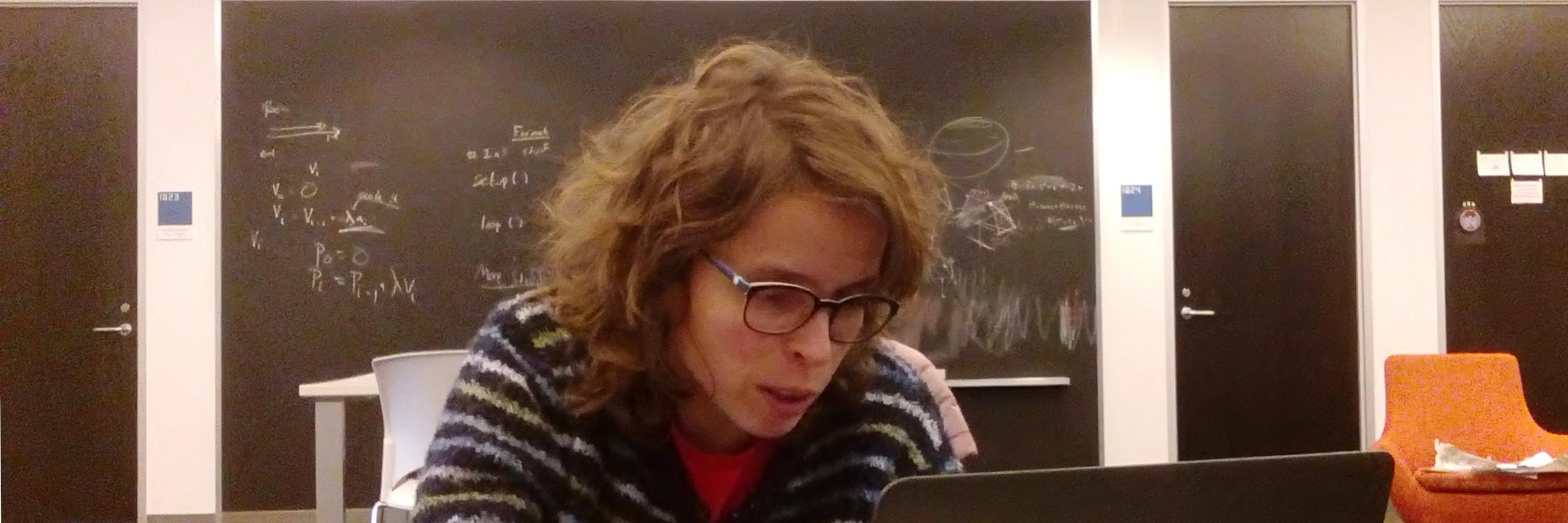 Alba Málaga travaillant sur un ordinateur.