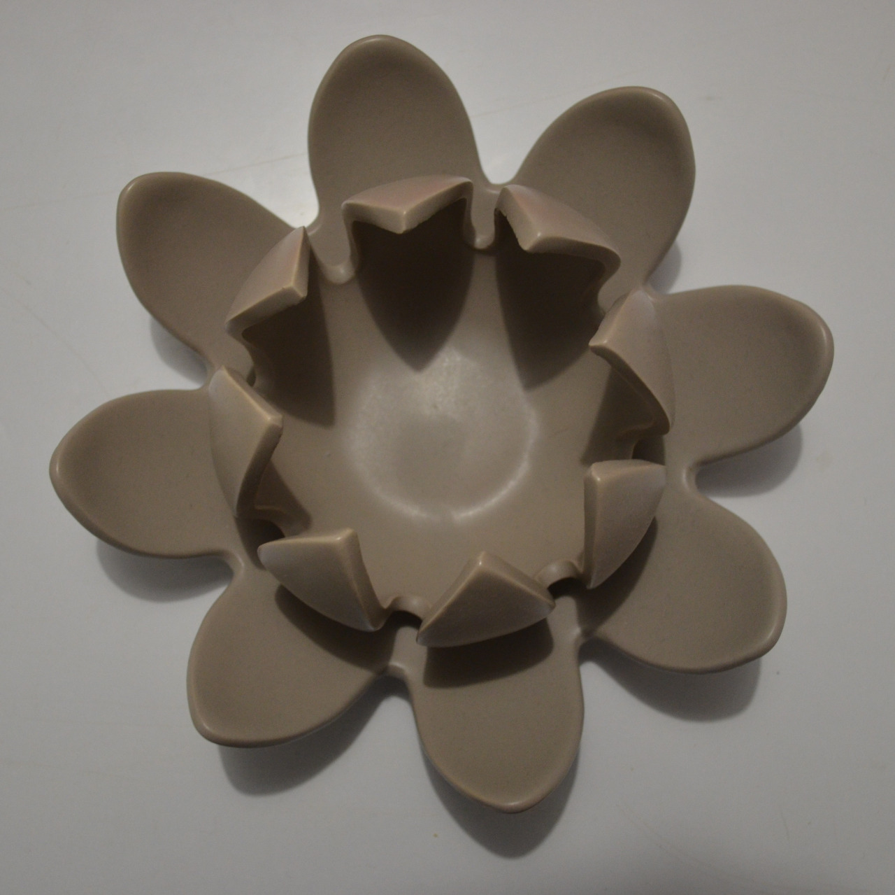 Photographie d'un photophore qui ressemble à une fleur. Les pétales de cette fleur sont distribués régulièrement en deux niveaux, sur chaque niveau il y a huit pétales equi-ditribuées.