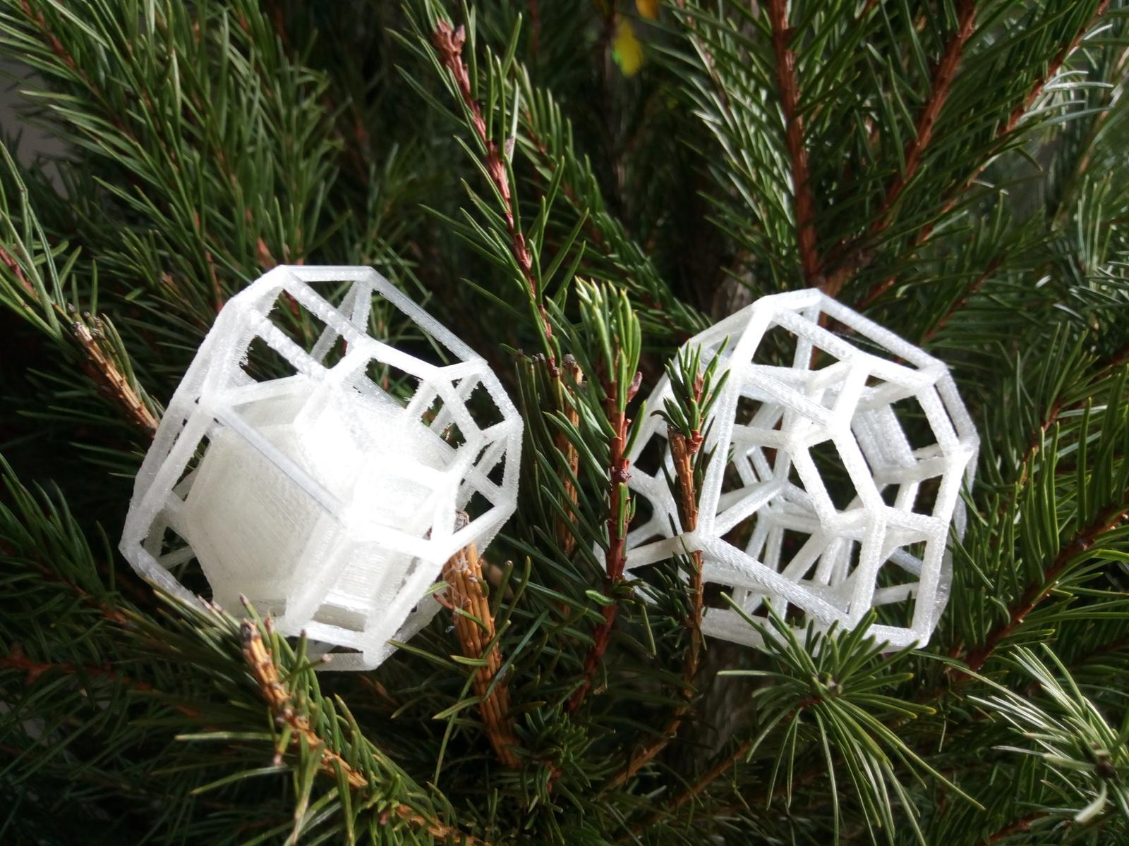 deux vues d'un même polytope imprimées en 3D et posées sur un sapin